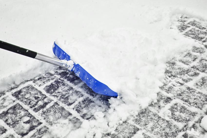 Średnia cena odśnieżania parkingów oraz placów zabaw. Stawka za m2 przy pokrywie śniegowej do 50 cm.