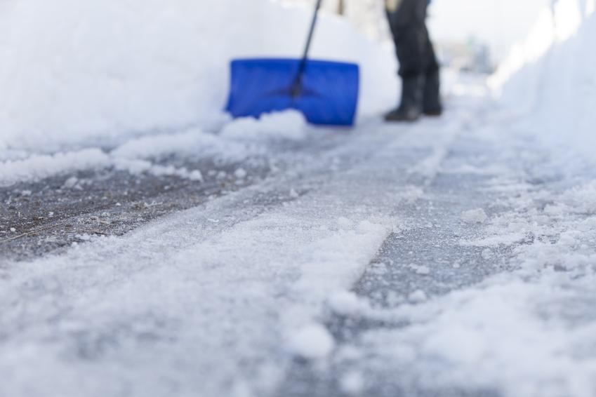Średnia cena ręcznego odśnieżania chodników. Jeden pracownik z pośredniej półki cenowej. Pokrywa śniegowa do 50 cm