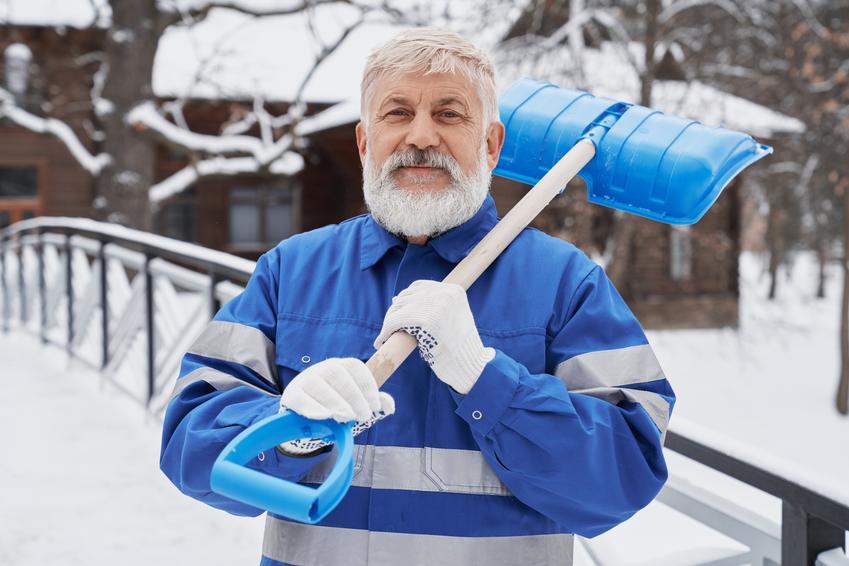 Średni koszt odśnieżania boisk. Normalny stopień skomplikowania usługi, pokrywa śnieżna do 50 cm wysokości.