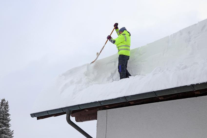 Średni koszt odśnieżania dachów płaskich o powierzchni do 1000 m2. Normalny stopień skomplikowania usługi, firma z pośredniej półki cenowej.