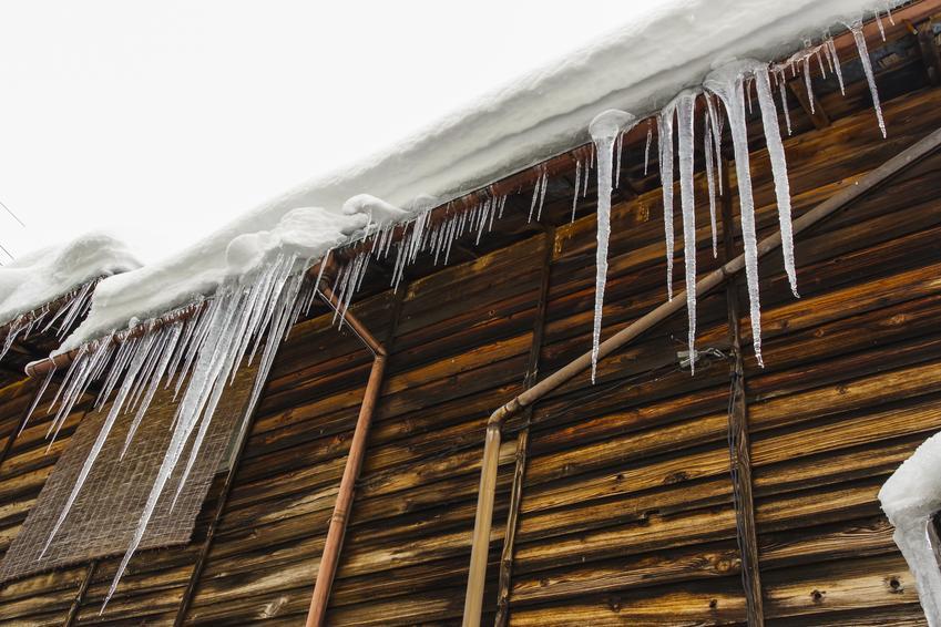 Średni koszt skuwania lodu. Stawka firmy z pośredniej półki cenowej. W przypadku skuwania lodu z dachów cena zostaje przeliczona w oparciu o metry bieżące.