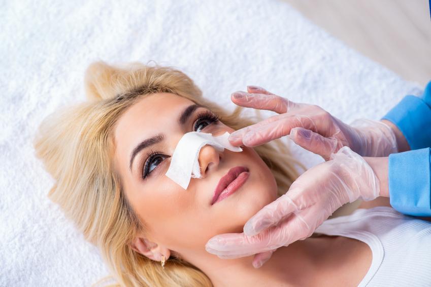Średni koszt przeprowadzenia korekty czubka nosa. Normalny stopień skomplikowania zabiegu, klinika medycyny estetycznej z pośredniej półki cenowej.