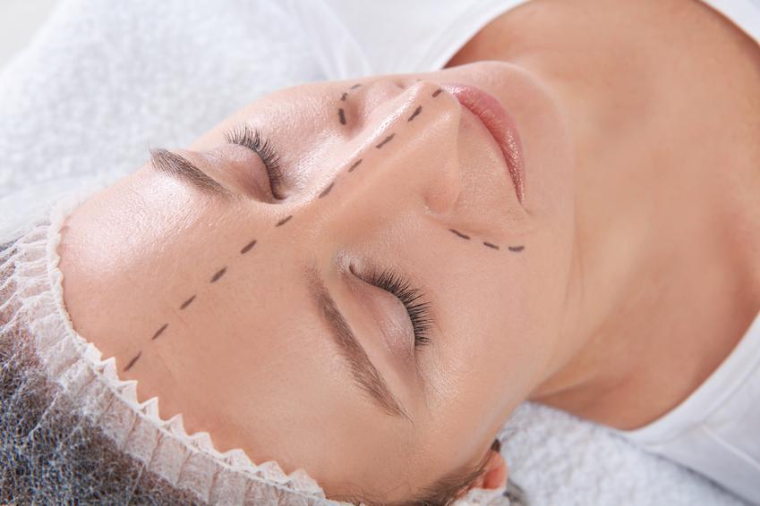 Średni koszt wykonania korekty nosa z przeszczepem chrząstek z ucha. Stawka kliniki medycyny estetycznej z pośredniej półki cenowej.
