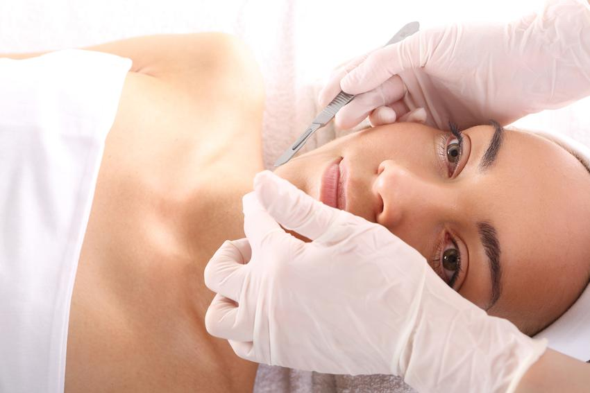 Średni koszt wykonania korekty małżowin nosowych w znieczuleniu miejscowym.  Normalny stopień skomplikowania zabiegu, klinika medycyny estetycznej z pośredniej półki cenowej.