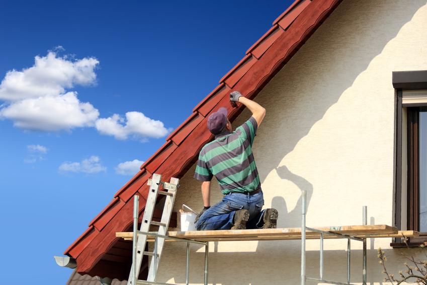 Montaż drewnianej podbitki okapu dachu domu jednorodzinnego. Więźba dwuspadowa, niewielki stopień skomplikowania prac.