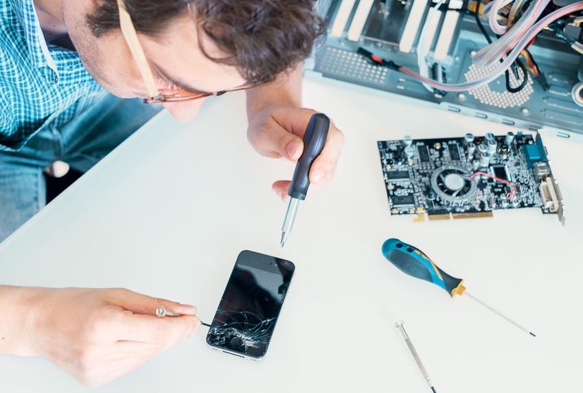 Sredni koszt wymiany szybki w telefonie komórkowym. Telefon z pośredniej półki cenowej, normalny stopień skomplikowania prac.
