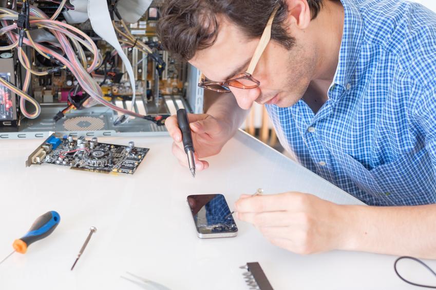 Średni koszt naprawy gniazda ładowania. Model telefonu z pośredniej półki cenowej, normalny stopień skomplikowania prac.