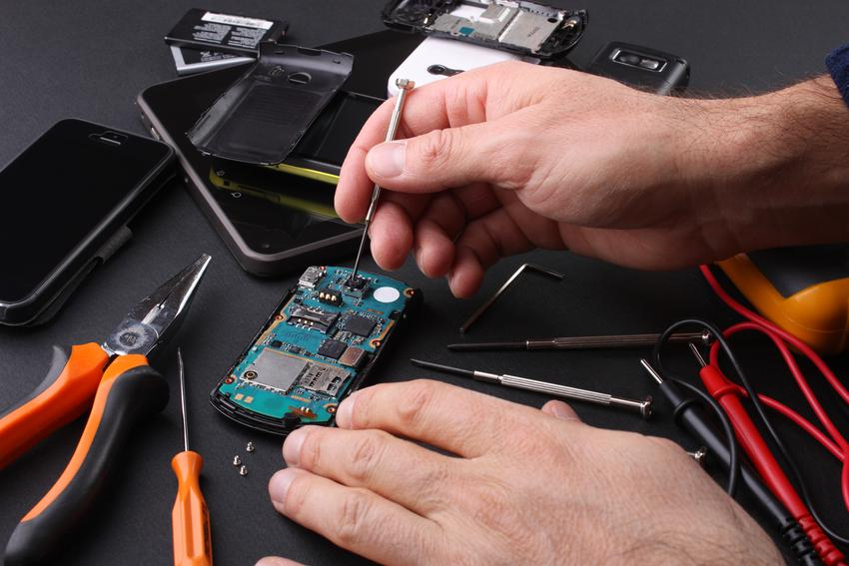 Sredni koszt wymiany baterii w telefonie komórkowym. Model telefonu z pośredniej półki cenowej. Normalny stopień skomplikowania prac.