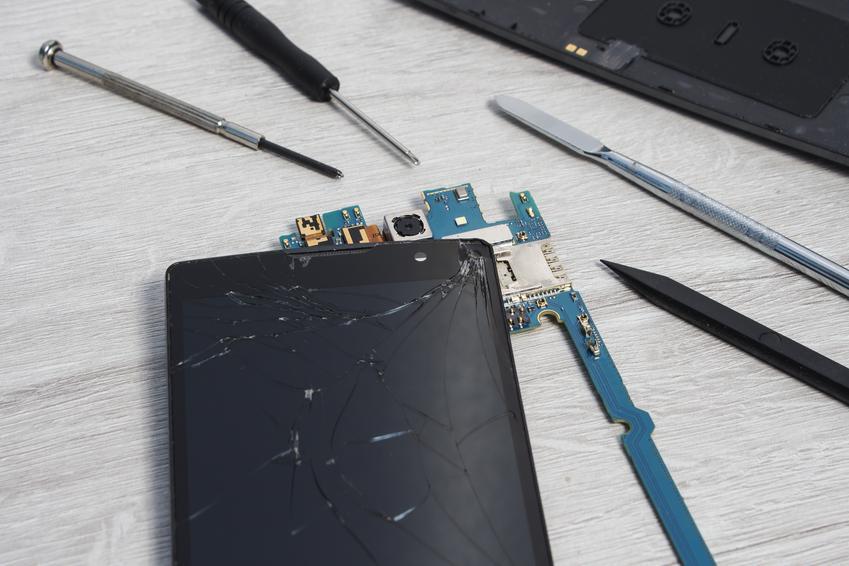 Średni koszt wymiany digitizera i wyświetlacza. Telefon Samsung Galaxy. Normalny stopień skomplikowania prac.