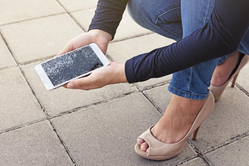 Średni koszt wymiany digitizera i wyświetlacza. Telefon iPhone. Normalny stopień skomplikowania prac.