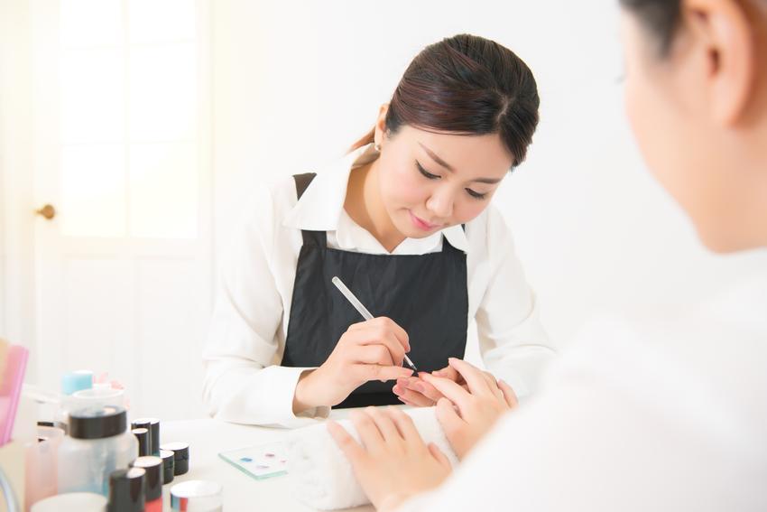 Średni koszt wykonania manicure japońskiego na płytce naturalnej. Normalny stopień skomplikowania usługi, dobrej jakości materiały, salon z pośredniej półki cenowej.