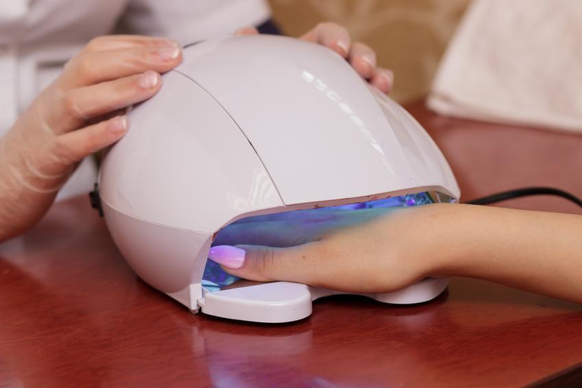 Średni koszt wykonania manicure hybrydowego na płytce naturalnej. Normalny stopień skomplikowania usługi, dobrej jakości materiały, salon z pośredniej półki cenowej.