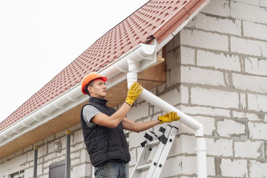 Kompleksowa usługa montażu rynien z PCV na domach jednorodzinnych. Cena obejmuje usługę montażową oraz materiał. Stawka za niewielki stopień skomplikowania prac.