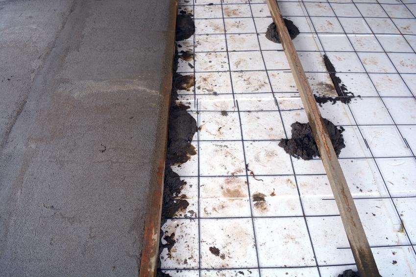 Kompleksowa usługa wykonania wylewki betonowej wraz z izolacją termiczną ze styropianu (do 12 cm grubości) oraz izolacją akustyczną. Normalny stopień skomplikowania prac.