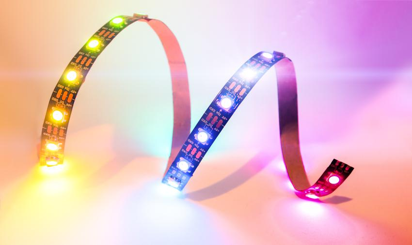 Usługa montażu jednokolorowej taśmy LED w sufitach podwieszanych. Normalny stopień skomplikowania prac.