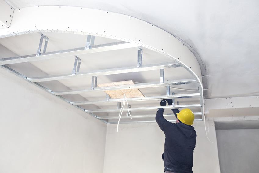 Cena za usługę montażu sufitu podwieszanego z elementami łukowymi. Większy stopień skomplikowania prac, kształt sufitu dopasowany do indywidualnych wymagań klienta.