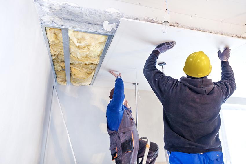 Montaż sufitu na poddaszu. Dach dwuspadowy, normalna ilość skosów. Brak lukarn i nierównomiernych kształtów.