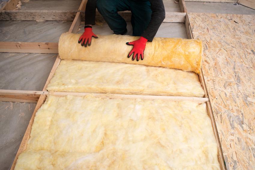 Usługa ocieplenia stropu lub poddasza użytkowego wełną mineralną (poddasze) bądź styropianem (strop). Materiał izolacyjny grubości 12 do 15 cm, normalny stopień skomplikowania prac.