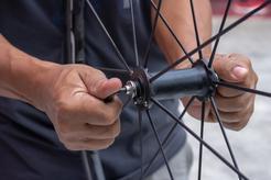 Cena wymiany piasty koła w rowerze w ponad 160 miastach w Polsce